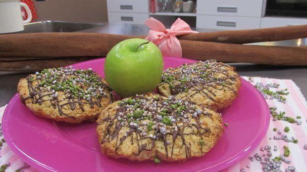Enie backt mit Christian Hümbs kleine Apfel-Karamell-Cookies ganz groß!