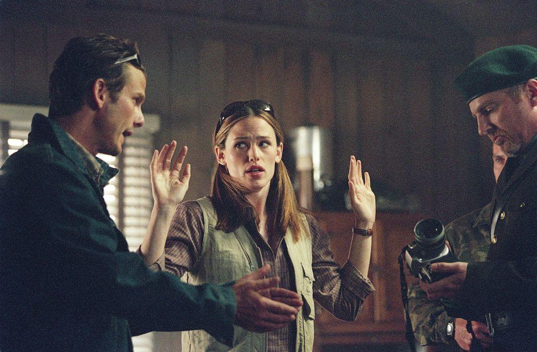 Mitten im Wald werden Sydney (Jennifer Garner, M.) und Noah Hicks (Peter Berg, l.) von bewaffneten Russen kontrolliert ... - Bildquelle: Touchstone Television