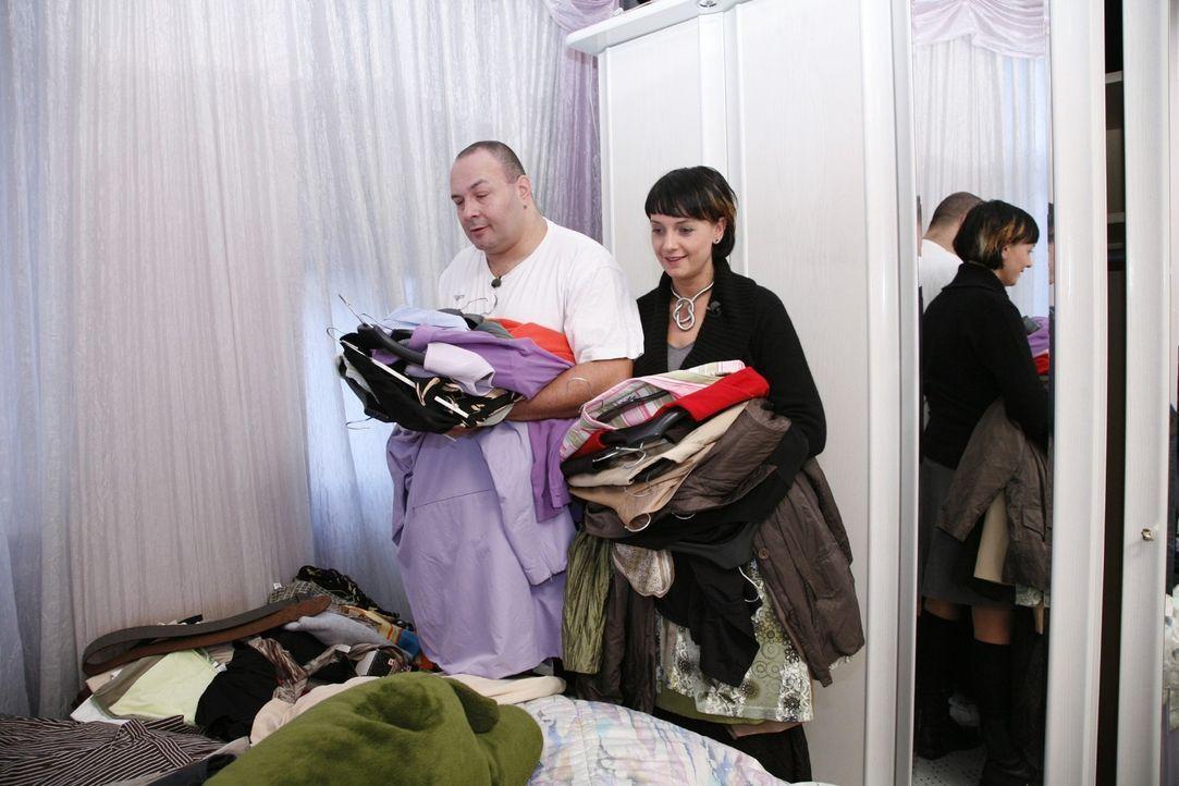 Sina (r.) und Frank (l.) beim Durchstöbern, um ein passendes Kleidungsstück zu finden, dass sie dem neuen Outfit beifügen. - Bildquelle: Monika Schürle Sat.1