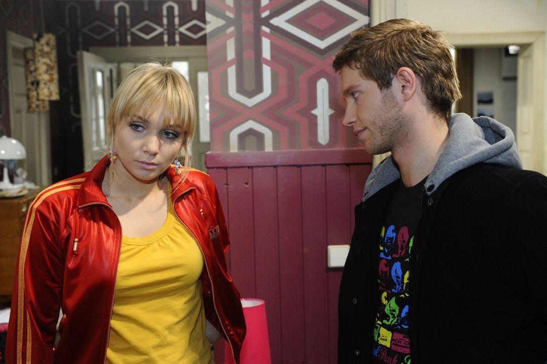Lars und Lily (Jil Funke, l.) versuchen ihre Ehe zu kitten, doch wird Lily ihre Gefühle zu Jojo (Bernhard Bozian, r.) in Griff bekommen? - Bildquelle: SAT.1