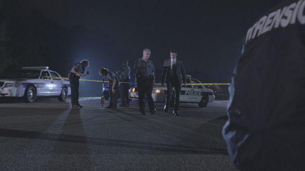 Lt. Joe Kenda (Carl Marino, r.) wird zu einem Tatort im teuren Stadtteil von...