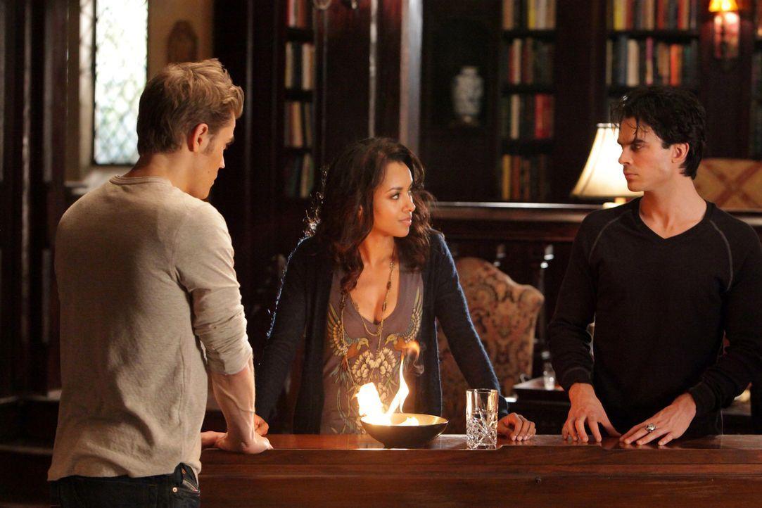 Stefan (Paul Wesley, l.), Bonnie (Katerina Graham, M.) und Damon (Ian Somerhalder, r.) verbrennen das einzige existierende Foto von Katherine, um si... - Bildquelle: Warner Brothers