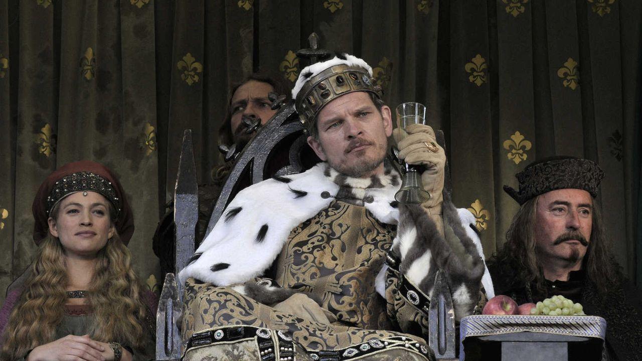 König Sigismund (Götz Otto, M.) ahnt nicht, dass seine neue Mätresse Hulda von Hettenheim (Julie Engelbrecht, l.) eine teuflische Intrige spinnt, um... - Bildquelle: Jiri Hanzl SAT.1