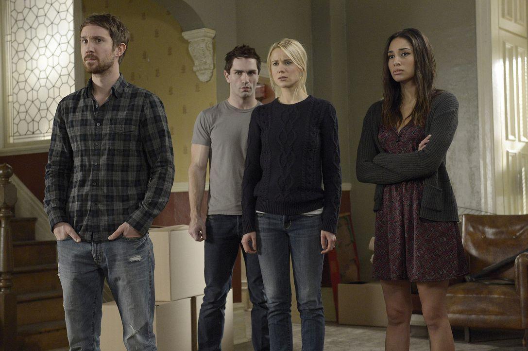 Josh (Sam Huntington, l.), Aidan (Sam Witwer, 2.v.l.), Nora (Kristen Hager, 2.v.r.) und Sally (Meaghan Rath, r.) sollen das Haus verlassen, aber was... - Bildquelle: Philippe Bosse 2014 B.H. 4 Productions (Muse) Inc. ALL RIGHTS RESERVED.