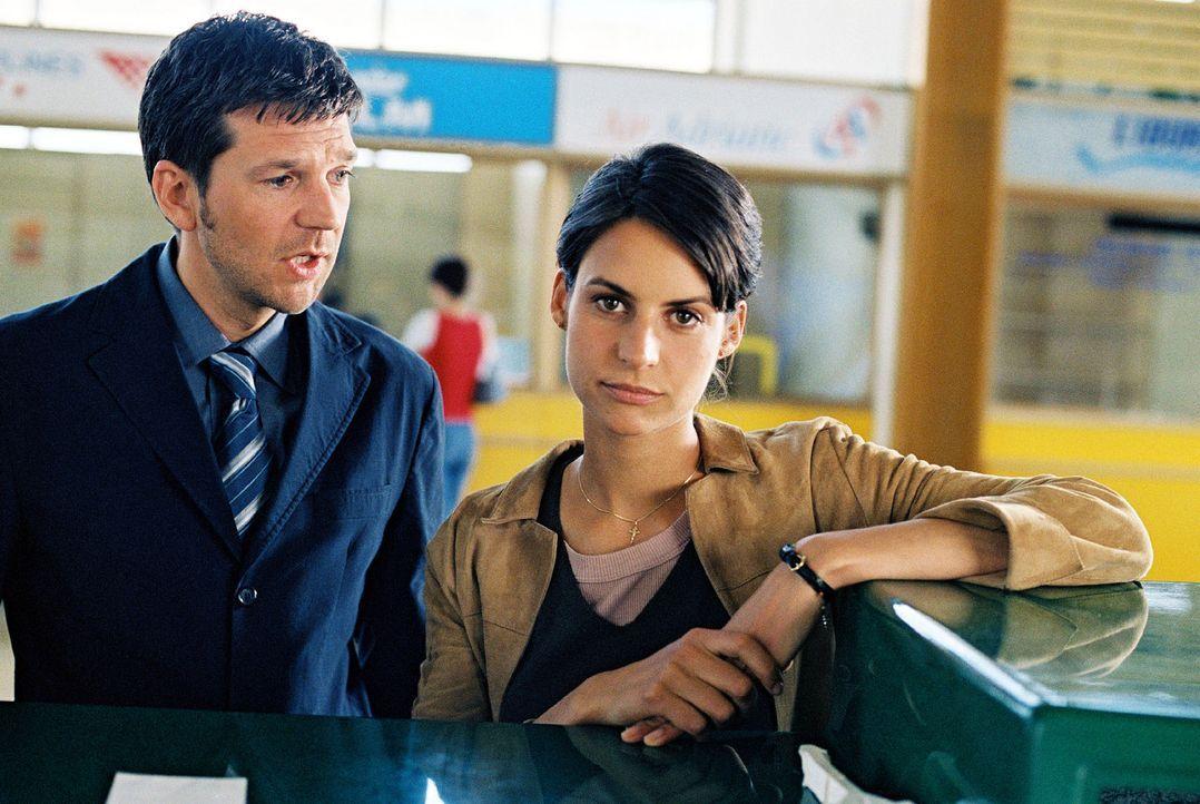 Jan (Kai Wiesinger, l.) ist auf dem Weg nach Italien und trifft am Flughafen Maria (Liane Forestieri, r.), die er nicht gerade in bester Erinnerung... - Bildquelle: Walter Wehner Sat.1