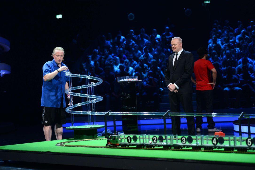 Stefan Raab (M.) lässt erneut Stars aufeinander los: Joey Kelly (l.) und Steffen Henssler (r.) treten gegeneinander an ... - Bildquelle: Willi Weber ProSieben