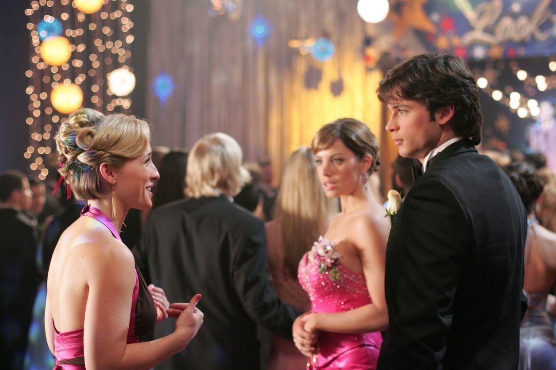 Als sich auf der Smallville High mysteriöse Vorfälle häufen, muss Clark (Tom Welling, r.) schnell handeln, um Chloe (Allison Mack, l.) und Lois (Eri... - Bildquelle: Warner Bros.
