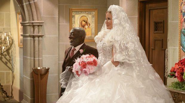 Neben dem pompösen Kleid von Sophie (Jennifer Coolidge, r.) geht Earl (Garret...