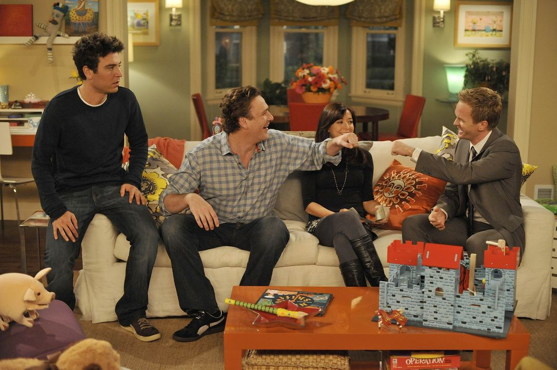 Für Barney (Neil Patrick Harris, r.), Lily (Alyson Hannigan, 2.v.r.), Robin, Marshall (Jason Segel, r.) ist New Jersey Provinz. Doch Ted (Josh Radn... - Bildquelle: 20th Century Fox International Television