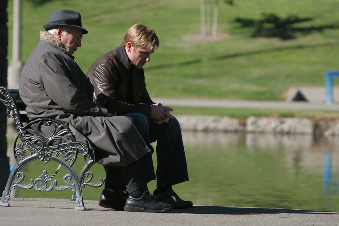 Thomas (Ron Eldard, r.) findet nach dem Tod seines Sohnes keine Ruhe. Auch sein Psychiater Dr. Heller (Christopher Plummer, l.) kann ihm nicht mehr... - Bildquelle: Square One Entertainment GmbH & Co.KG