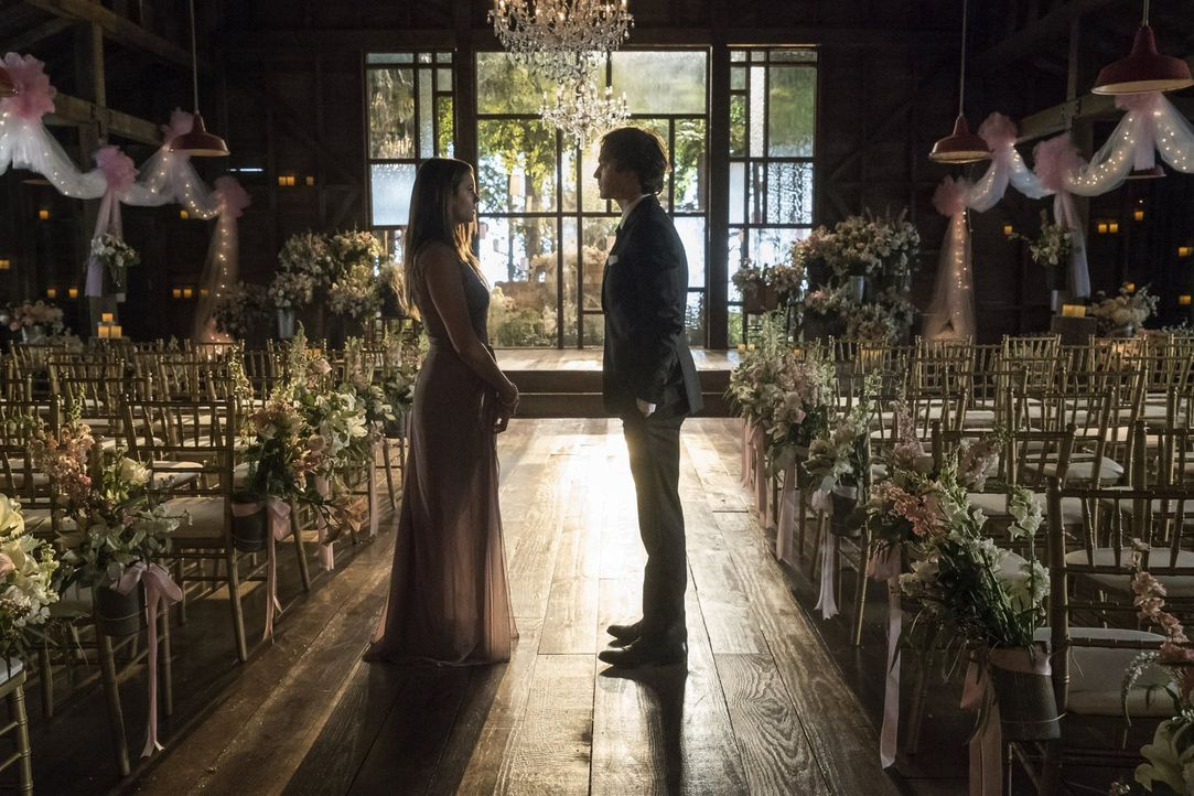 Wie wird Elena (Nina Dobrev, l.) mit Damons (Ian Somerhalder, r.) Entscheidung, ihre Zukunft betreffend, umgehen? - Bildquelle: Warner Bros. Entertainment, Inc