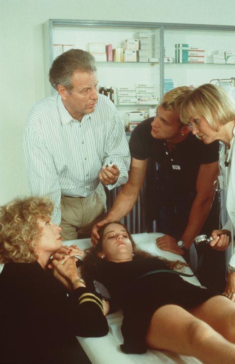 (v.l.n.r.) Viviane Gerster (Ilse Neubauer); Dr. Thomas Burgner (Gerhart Lippert); Marie (Luisa Stroux); Florian (Wolfgang Metschan); Christl Wild (M... - Bildquelle: Beta Film GmbH