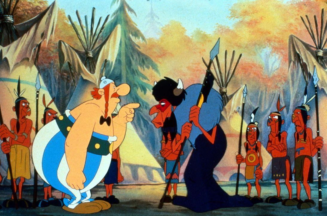 Obelix (l.) kennt keine Verständigungsprobleme. Soviel ist klar, der  Medizinmann der Indianer ist ihm nicht wohlgesonnen ... - Bildquelle: Jugendfilm-Verleih GmbH