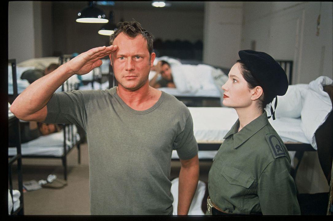 """""""Schütze Jaud! Wie definiert ein Soldat 'Schönheit'?"""" Hanno Friedrich (l.) und Emily Wood (r.) - Bildquelle: Sat.1"""