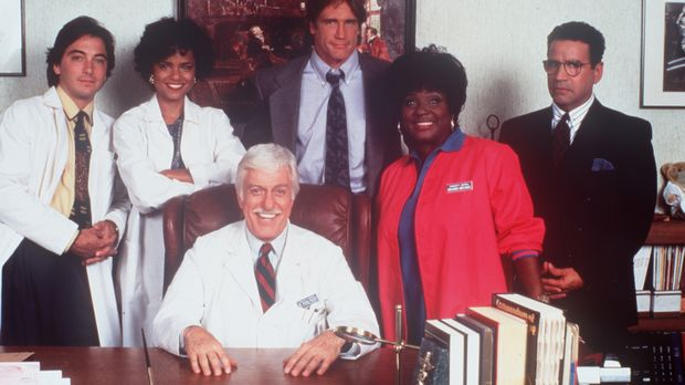Dr. Sloan (Dick Van Dyke, sitzend) inmitten seines bewährten Teams. (v.l.n.r....