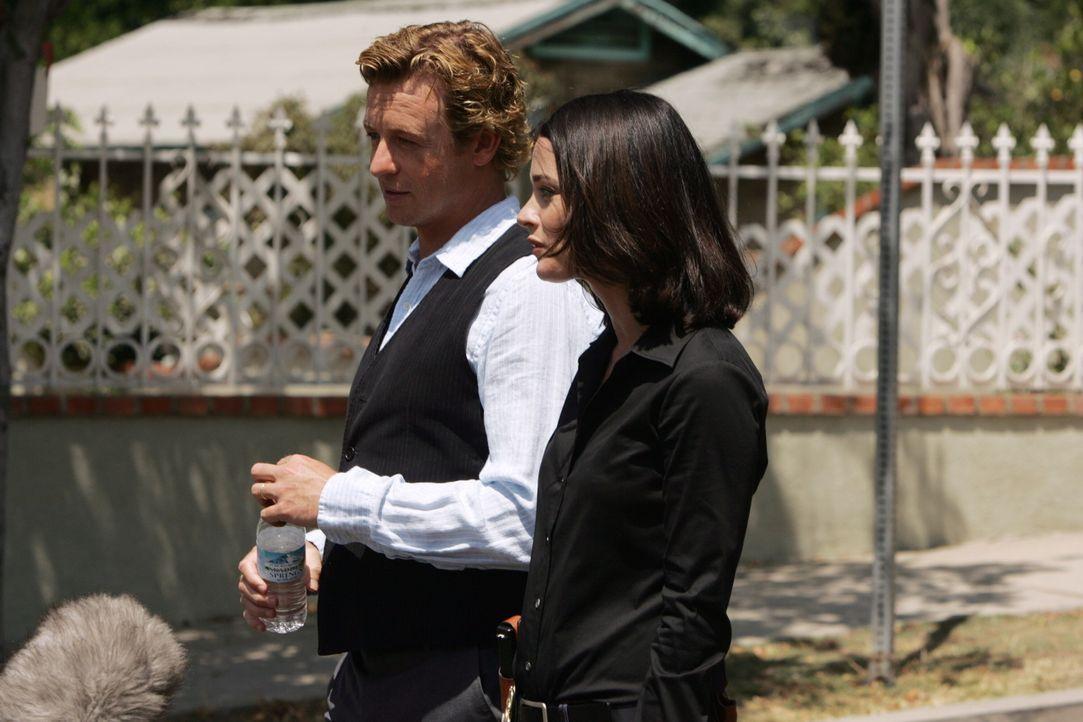 Gemeinsam wollen sie den Mörder einer jungen Frau dingfest machen: Patrick Jane (Simon Baker, l.) und Teresa Lisbon (Robin Tunney, r.) ... - Bildquelle: Warner Bros. Television