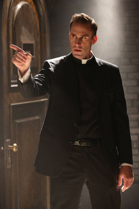 Jahr 1964: Monsignor Timothy Howard (Joseph Fiennes) stellt Dr. Arthur Arden zur Rede und droht ihm, alles über ihn und seine Machenschaften an die... - Bildquelle: 2012-2013 Twentieth Century Fox Film Corporation. All rights reserved.