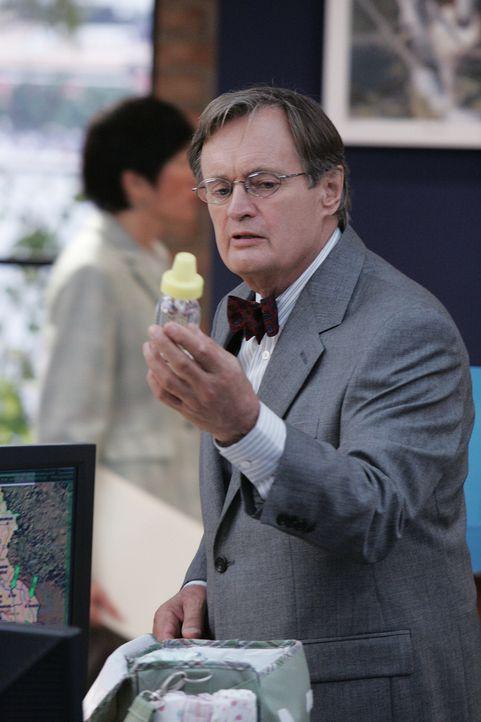 Ducky (David McCallum) macht eine Entdeckung, die darauf schließen lässt, dass ein Baby in den neuen Fall involviert ist ... - Bildquelle: CBS Television