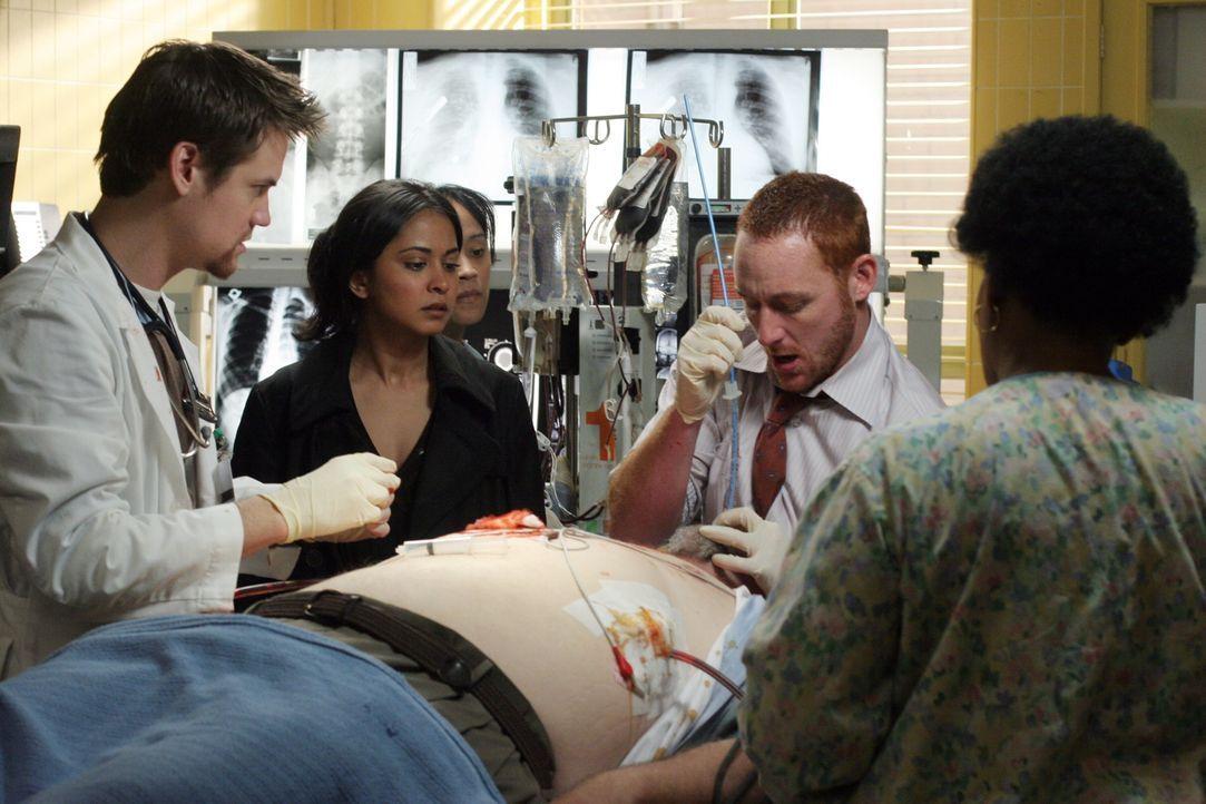 Im Einsatz um Leben zu retten: Neela (Parminder Nagra, M.), Ray (Shane West, l.) und Archie (Scott Grimes, r.)  ... - Bildquelle: Warner Bros. Television