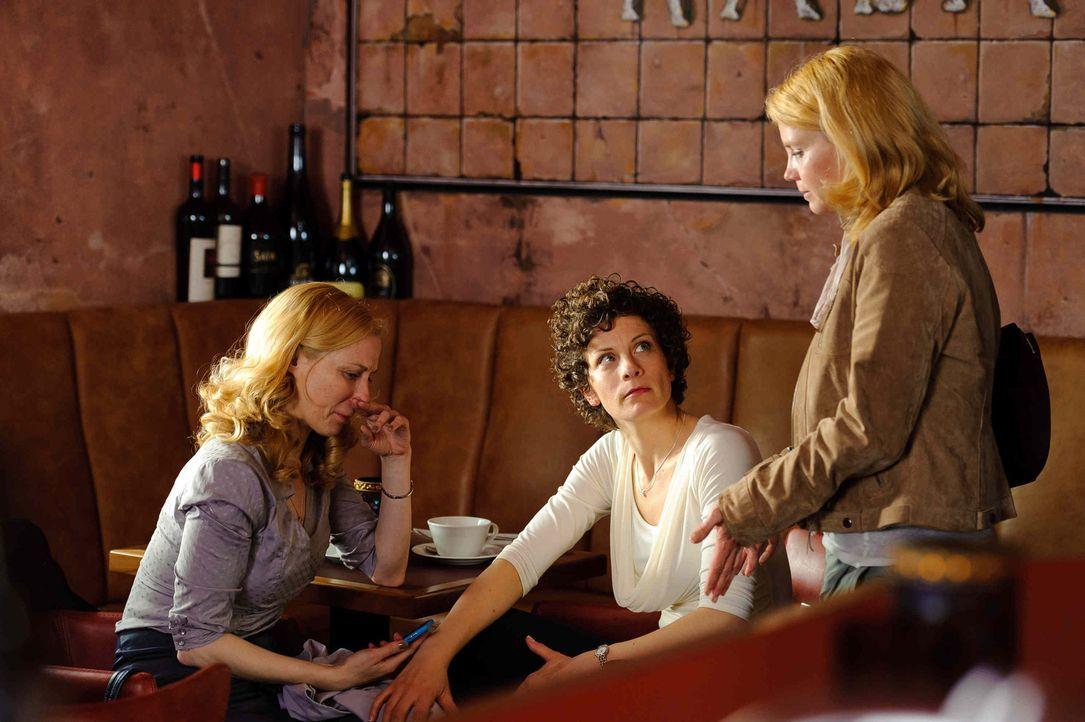 Katja (Anette Frier, r.), Barbara (Anna Schäfer, M.) und Kirsten (Astrid Posner, l.) waren beste Freundinnen, bis unter Katjas Namen eine E-Mail die... - Bildquelle: Willi Weber SAT.1
