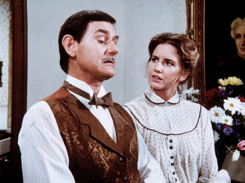 Mr. Montague (Robert Casper, l.) erklärt Laura (Melissa Gilbert, r.), dass ihre Möbel, die sie für alten Trödel hält, in Wirklichkeit wertvolle... - Bildquelle: Worldvision