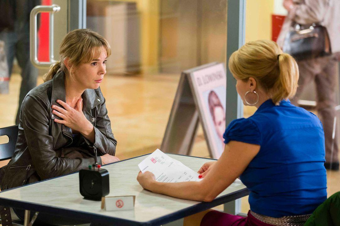 Die Kellnerin Sabine Gensterblum (Milena Dreißig, l.) sucht Hilfe bei Danni (Annette Frier, r.), denn sie hat eine völlig überhöhte Telefonrechnung... - Bildquelle: Frank Dicks SAT.1