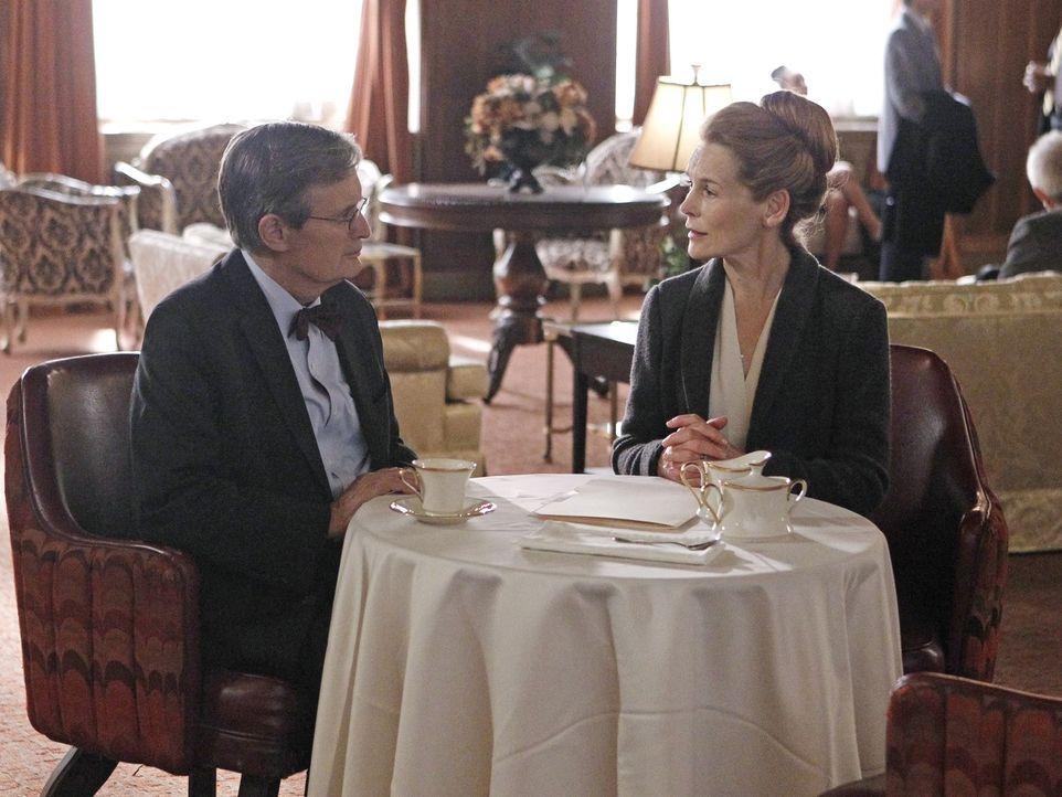 """Dr. Donald """"Ducky"""" Mallard (David McCallum, l.) trifft sich mit Maggie Clarke (Alice Krige, r.), die er seit seiner Jugend kennt und von der er hoff... - Bildquelle: Sonja Flemming 2014 CBS Broadcasting, Inc. All Rights Reserved"""