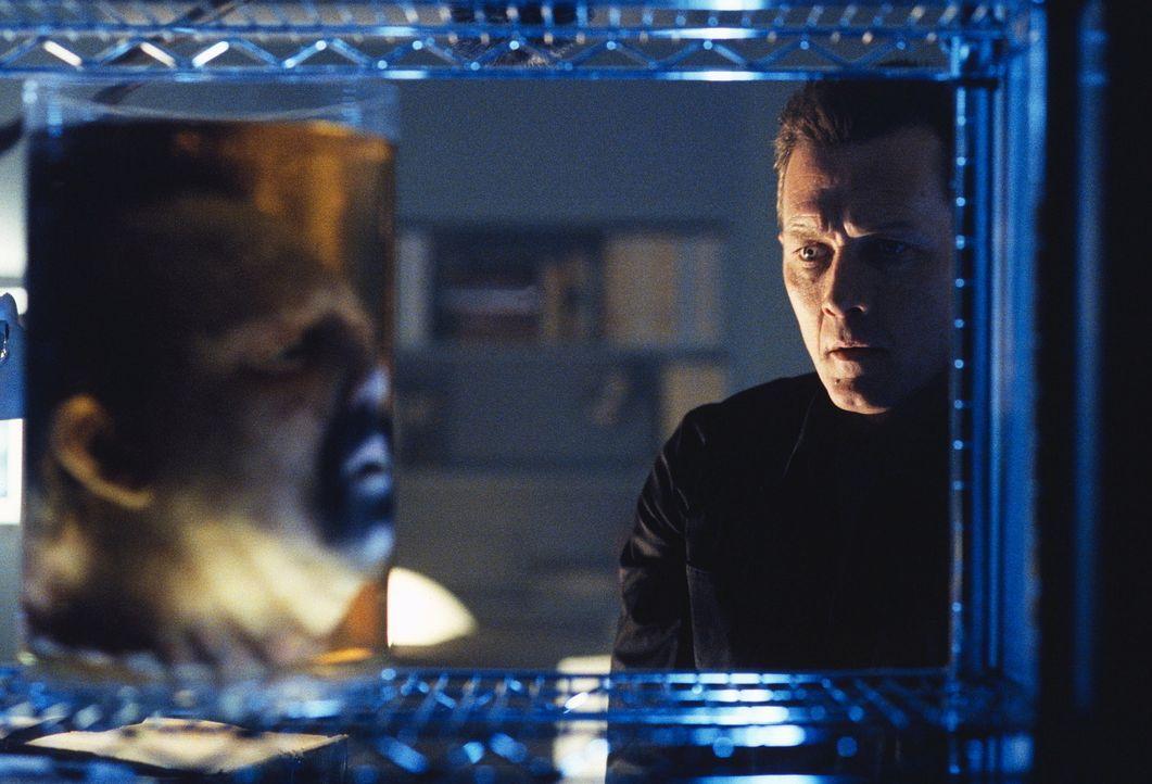 Als Doggett (Robert Patrick, r.) Dr. Parenti erneut aufsucht, findet er nur noch Parentis enthauptete Leiche. - Bildquelle: TM +   2000 Twentieth Century Fox Film Corporation. All Rights Reserved.
