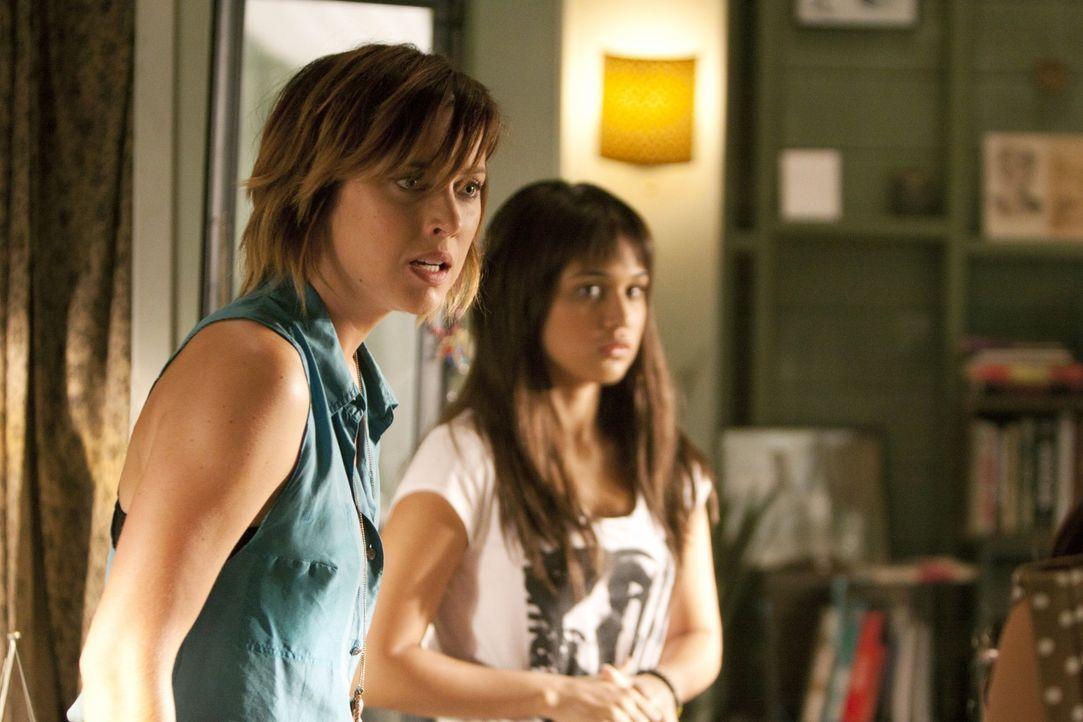 Erin (Jessica Stroup, l.) tobt vor Wut: Leila (Summ Bishil, r.) weigert sich, auszuziehen ... - Bildquelle: TM &   2011 CBS Studios Inc. All Rights Reserved.