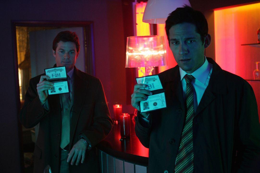 Martin Fitzgerald (Eric Close, l.) und Danny Taylor (Enrique Murciano, r.) statten den Verdächtigen einen Besuch ab ... - Bildquelle: Warner Bros. Entertainment Inc.