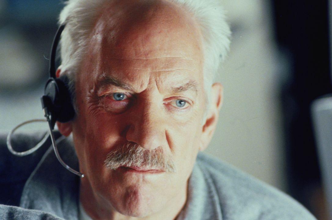 Ein schwieriges Unterfangen: Jerry (Donal Sutherland) kämpft im Weltall gegen die Zeit, um den Satelliten rechtzeitig zu reparieren, bevor er auf di... - Bildquelle: Warner Bros. Pictures