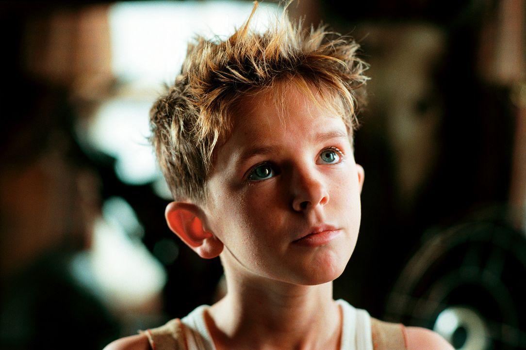 Erlebt das größte Abenteuer seines Lebens: Arthur (Freddie Highmore) ... - Bildquelle: TOBIS Film