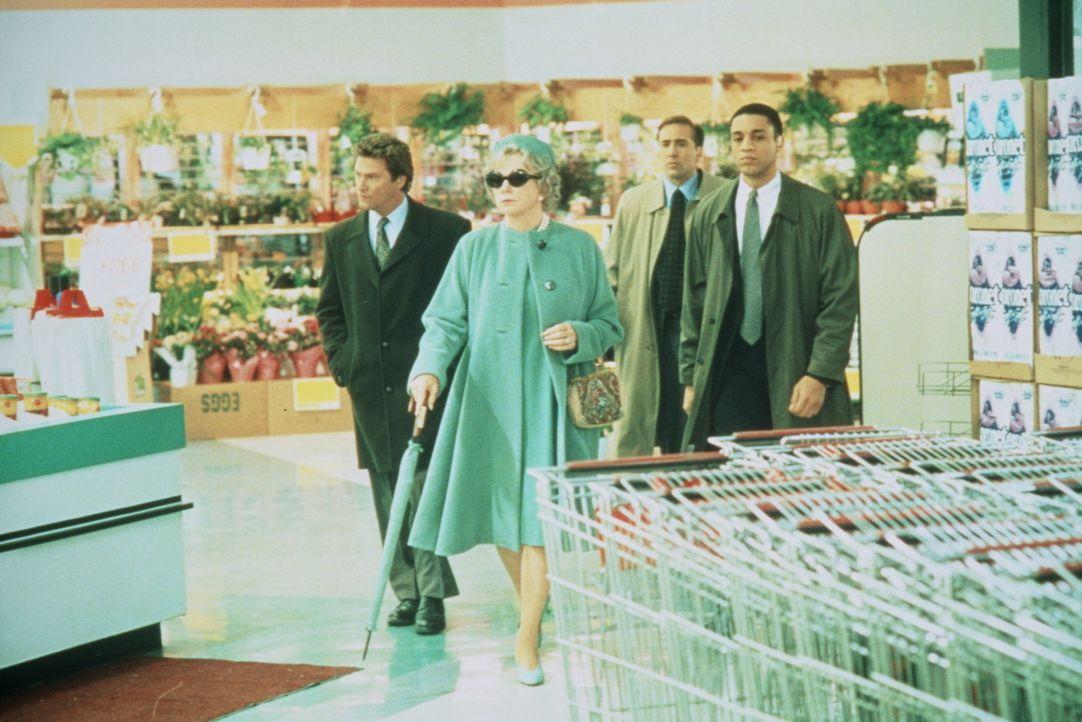 Sogar im Supermarkt muss die Präsidentenwitwe Tess (Shirley MacLaine, 2.v.l.) von ihrem Bodyguard Doug (Nicolas Cage, 2.v.r.) und dessen Leuten bes... - Bildquelle: TriStar Pictures