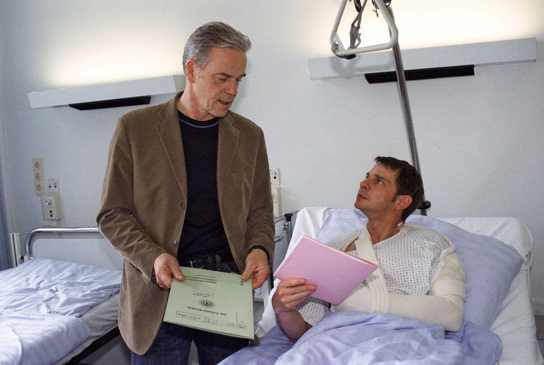 Tom (Steven Merting, r.) wurde angeschossen und liegt im Krankenhaus. Bei seinem Besuch bespricht Wolff (Jürgen Heinrich, l.) mit ihm den Tathergang... - Bildquelle: Claudius Pflug Sat.1