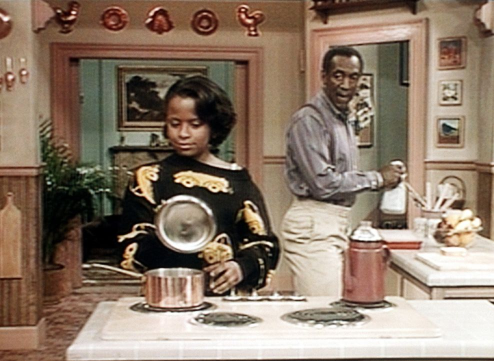 Cliff (Bill Cosby, r.) findet es nicht gut, dass sich seine Tochter Vanessa (Tempsett Bledsoe, l.) am ersten Schultag für die Jungs besonders zurec... - Bildquelle: Viacom