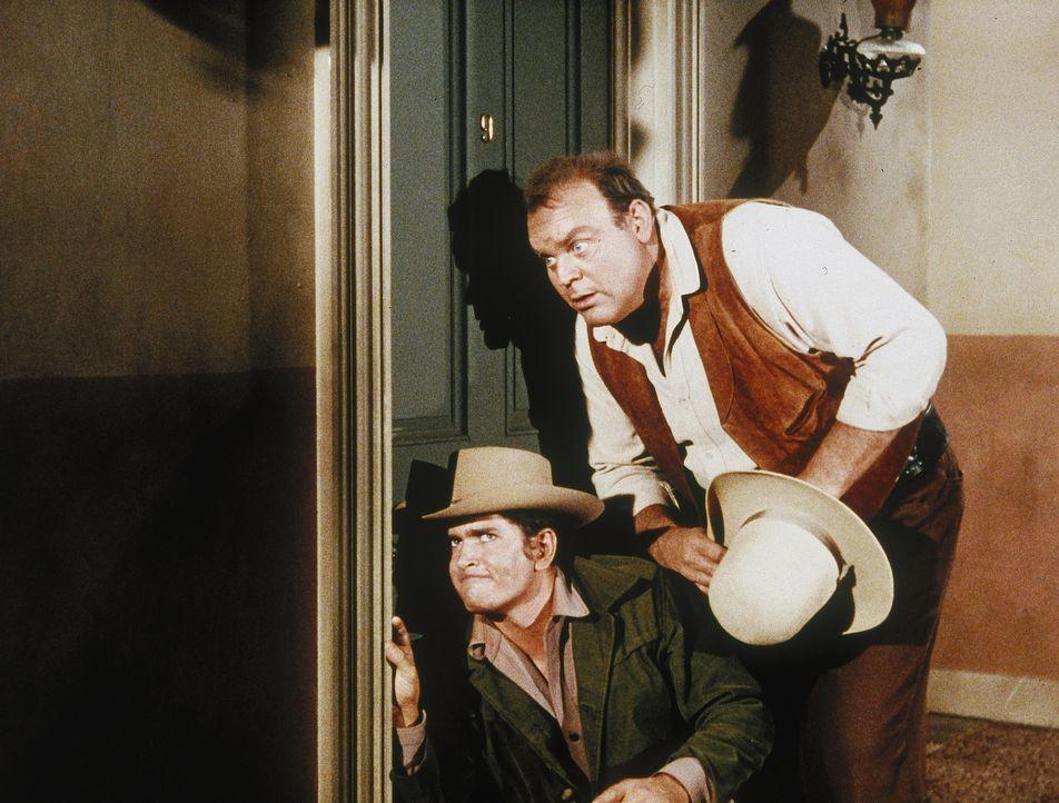 Seit neuestem verschlingt Little Joe (Michael Landon, l.) einen Krimi nach dem anderen. So kommt es, dass er schon bald überall ein Verbrechen wittert. Unglücklicherweise lässt sich Hoss (Dan Blocker, r.) von seinem Amateurdetektivgehabe anstecken ...