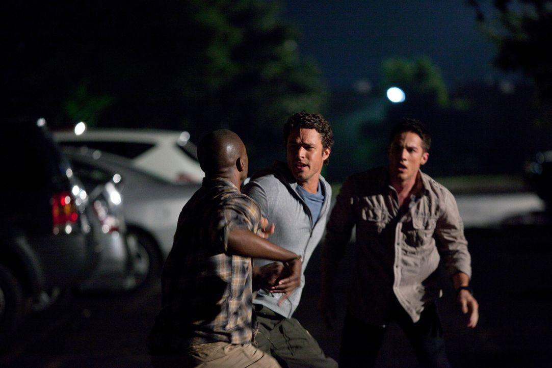 Da Damon vermutet, dass Tyler (Michael Trevino, r.) und Mason Lockwood ein dunkles Geheimnis umgibt, manipuliert er Carter, einen Jahrmarktsmitarbei... - Bildquelle: Warner Brothers