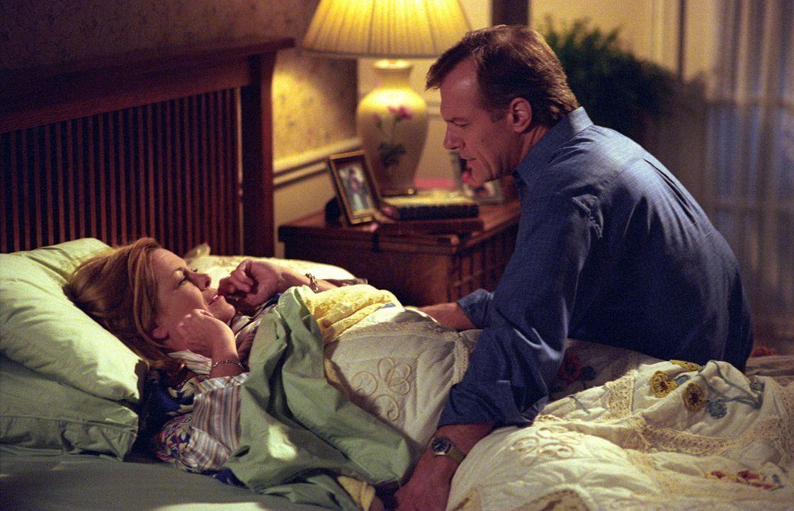 Eric (Stephen Collins, r.) erzählt Annie (Catherine Hicks, l.) von der Herzoperation, der er sich unterziehen muss ... - Bildquelle: The WB Television Network