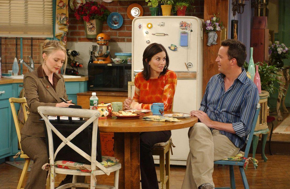 Die Dame (Maria Pitillo, l.) von der Adoptionsstelle besucht Chandler (Matthew Perry, r.) und Monica (Courteney Cox, M.). Zuerst sieht alles gut aus... - Bildquelle: 2003 Warner Brothers International Television