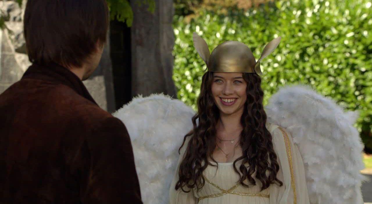 Lola als griechische Göttin - Bildquelle: 2014 The CW Network. All Rights Reserved.