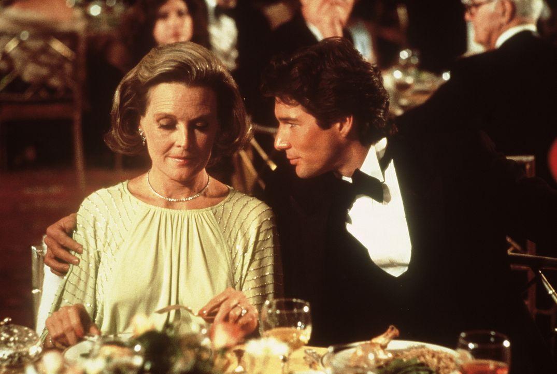 Gigolo Julian Kay (Richard Gere, r.) lässt frustrierten, älteren Damen der oberen Gesellschaftsschicht ihr Alleinsein vergessen ... - Bildquelle: Paramount Pictures