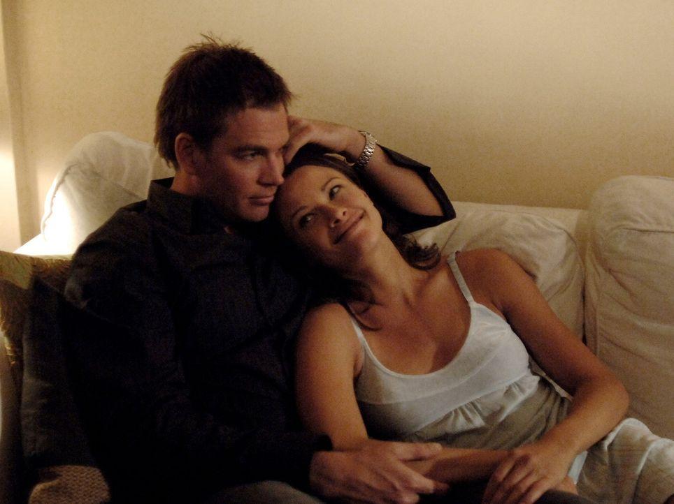 Machen sich einen romantischen Abend: Jeanne Benoit (Scottie Thompson, r.) und Anthony DiNozzo (Michael Weatherly, l.) ... - Bildquelle: CBS Television