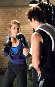 Castle - Beim Training lernt Kate Beckett (Stana Katic, l.) den charmanten De...