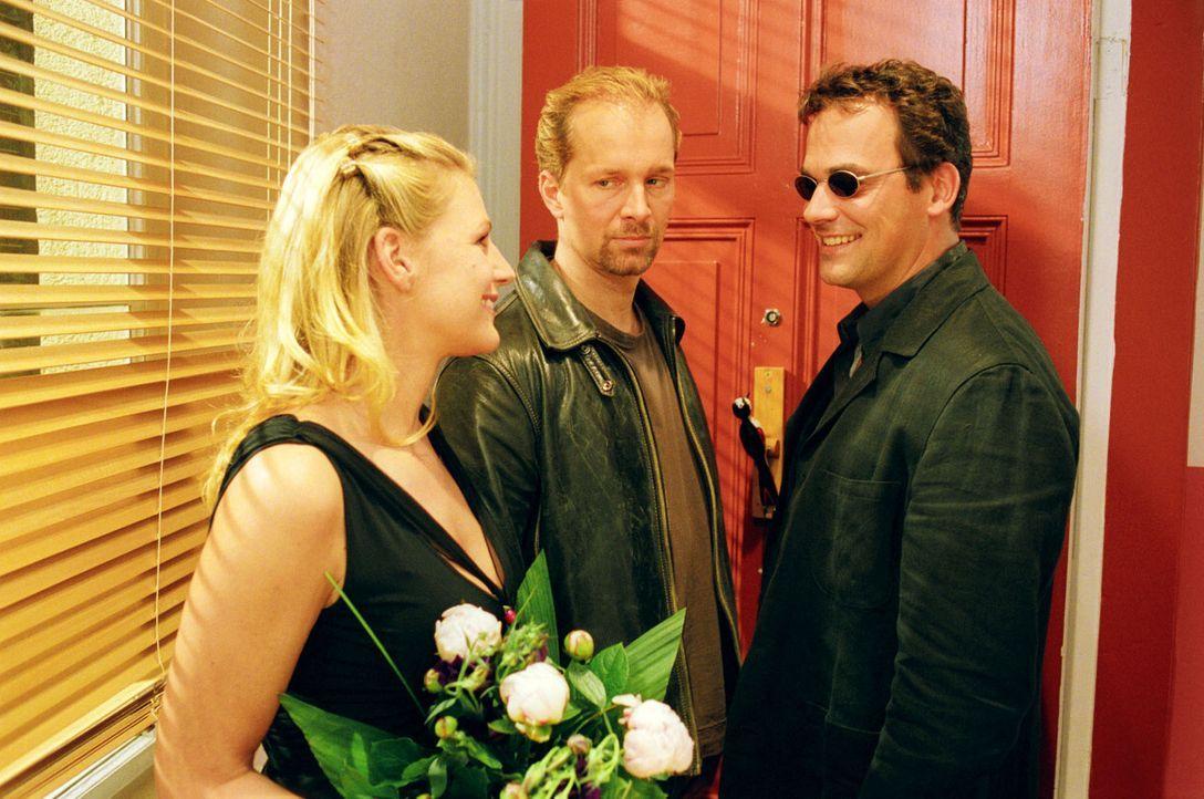 Jo (Jochen Horst, M.) ist sich sicher, dass mit dem Schriftsteller Heinrich (Marcus Grüsser, r.), in den sich Sophie (Sophie Schütt, l.) verliebt ha... - Bildquelle: Noreen Flynn Sat.1