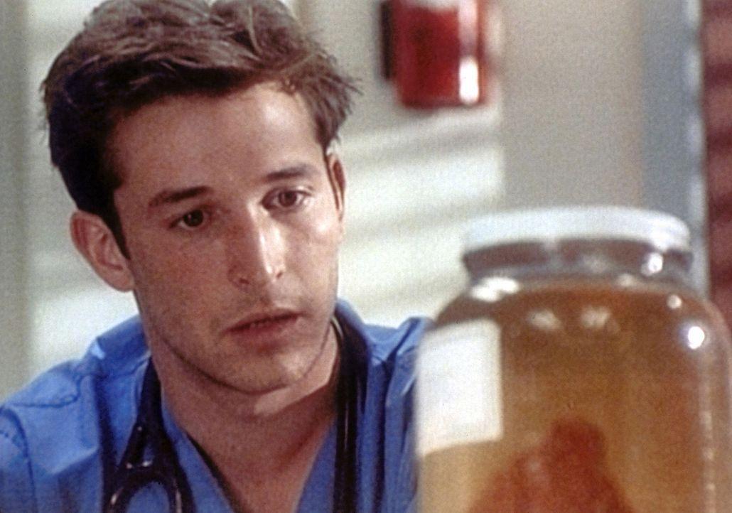 Carter (Noah Wyle) kommt versehentlich bei einer Operation an die Leber eines Patienten, der später an Herzversagen stirbt. - Bildquelle: TM+  WARNER BROS.