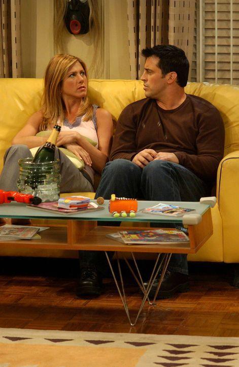 Können die Spannung kaum noch aushalten bis sie 'es' endlich tun: Rachel (Jennifer Aniston, l.) und Joey (Matt LeBlanc, r.) ... - Bildquelle: 2003 Warner Brothers International Television