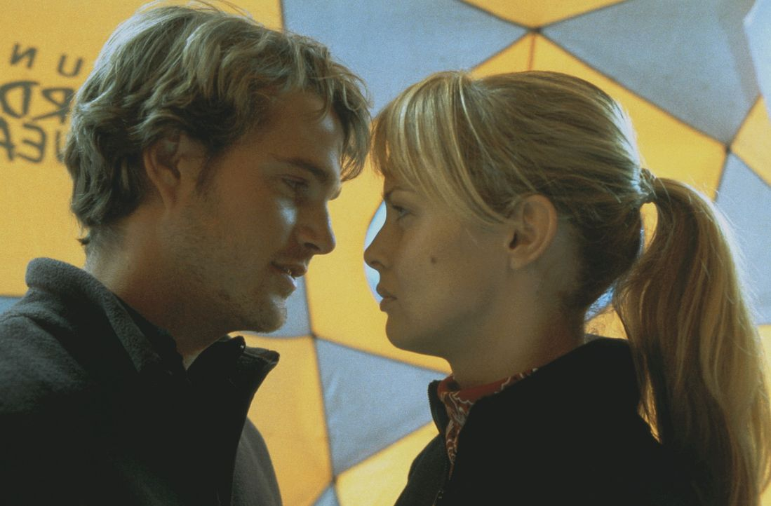 Als Peter (Chris O'Donnell, l.) und Monique (Izabella Scorupco, r.) erfahren, dass Annie und ihr Team am K2 in einer Gletscherspalte festsitzen, mac... - Bildquelle: Columbia Pictures