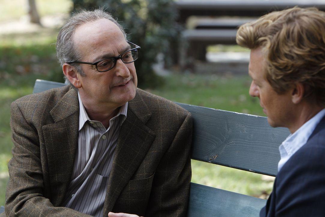 Kann James Panzer (David Paymer, l.) Patrick (Simon Baker, r.) bei der Aufklärung eines Falles behilflich sein? - Bildquelle: Warner Bros. Television