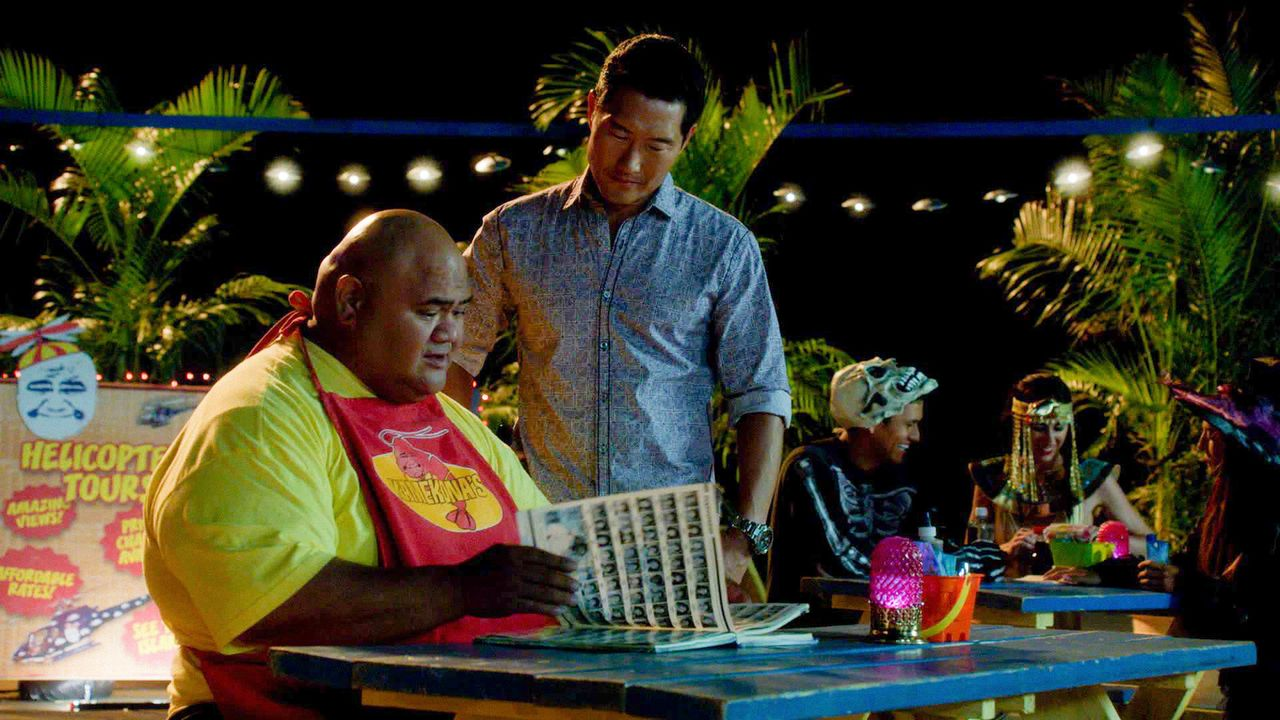Kann Kamekona (Taylor Wily, l.) Chin (Daniel Dae Kim, r.) und seinen Kollegen bei der Aufklärung eines Mordfalles behilflich sein? - Bildquelle: 2014 CBS Broadcasting Inc. All Rights Reserved.