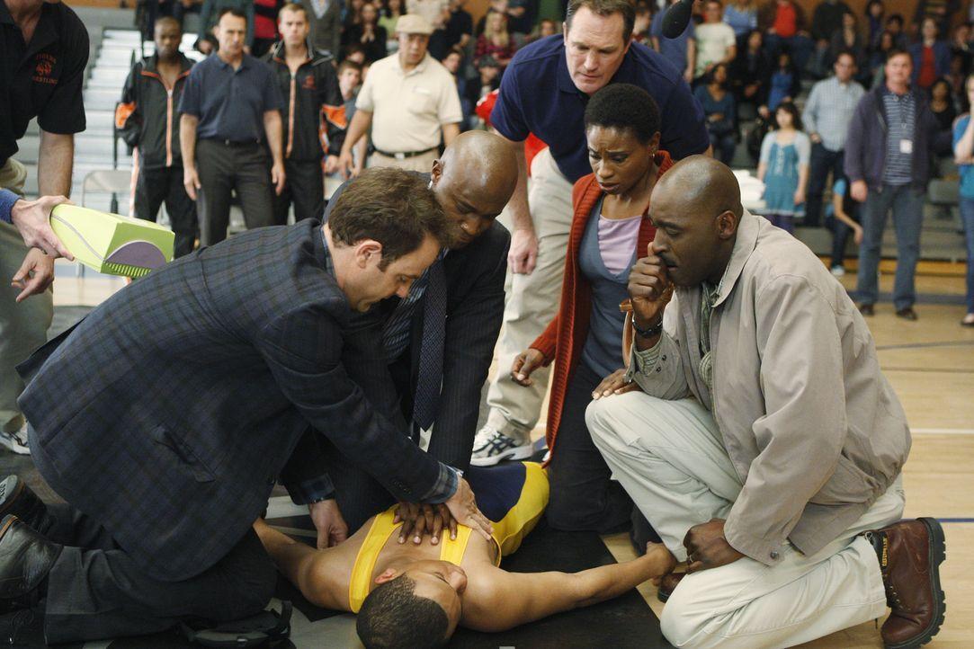 Während eines Ringkampfes erleidet Tyler (Tequan Richmond, liegend) einen Herzstillstand. Seine Eltern Stacy (Adina Porter, 2.v.r.) und Randy (Mich... - Bildquelle: ABC Studios